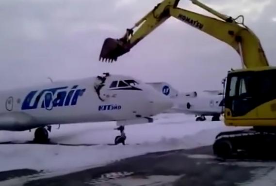 Insolite (Vidéo): Viré, l'employé de l'aéroport se venge en détruisant un avion à la pelleteuse