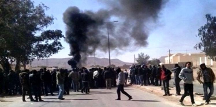 Des protestataires bloquent la route à Ben Guerdane