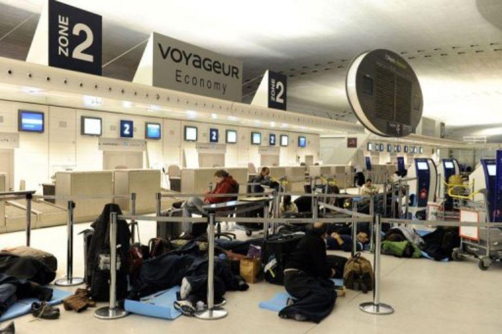 Des Tunisiens bloqués à l'aéroport Roissy-Charles-de-Gaulle, crient leur détresse