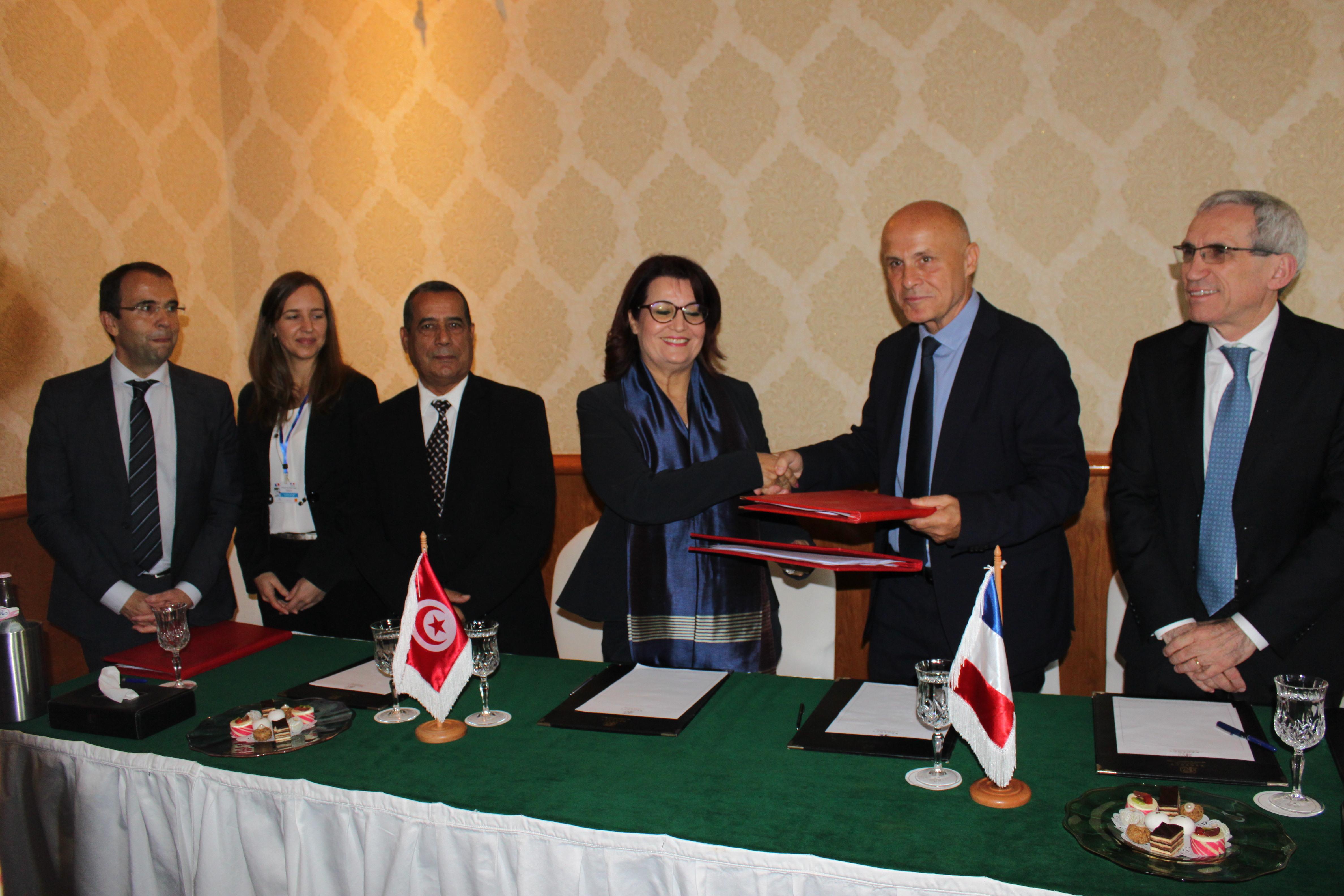 Photo AFD signature ambassadeur de france et ministre convention e-sante