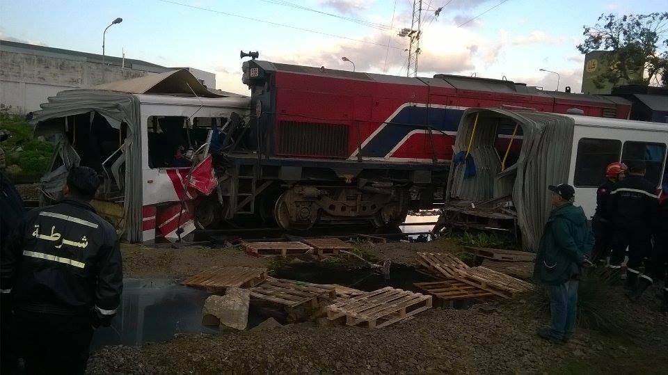 5 morts dans une collision entre un bus et un train — Tunisie
