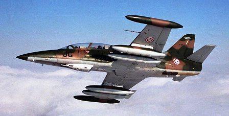 Tunisie – Un avion de l'armée tunisienne bombarde deux véhicules suspects dans le désert