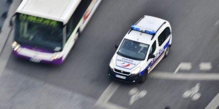 France : Un homme attaque au couteau trois passants