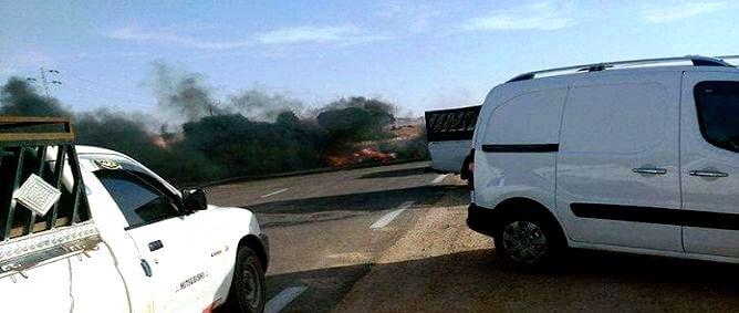 Tunisie – Des jeunes bloquent la route vers le passage frontalier de Dhehiba