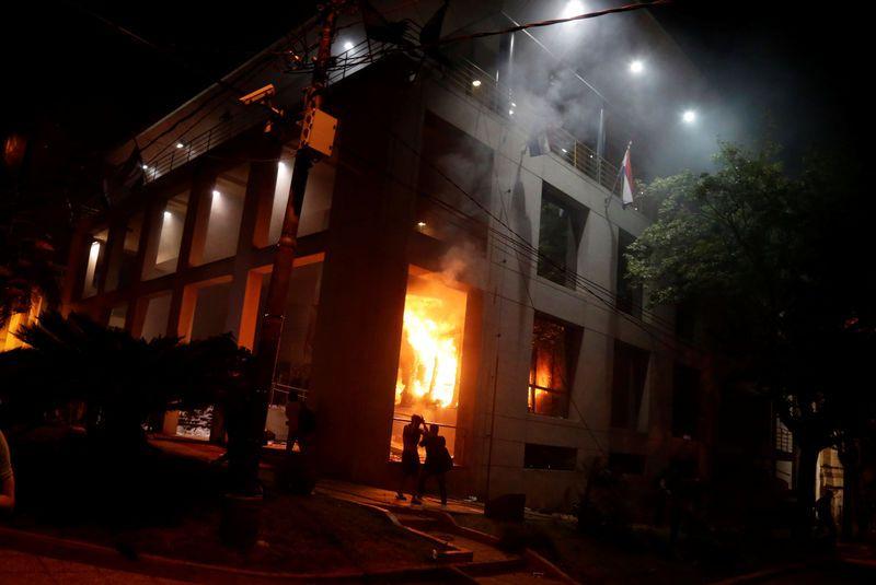 Paraguay: Des manifestants opposés à une réforme constitutionnelle saccagent et incendient le Parlement