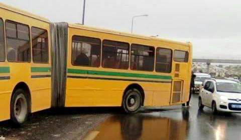Tunisie – A cause de la pluie : Un bus de la Transtu dérape et heurte la glissière métallique