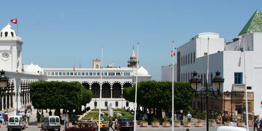 Tunisie: Une voiture fonce sur des policiers en faction à la Kasbah, en blessant deux