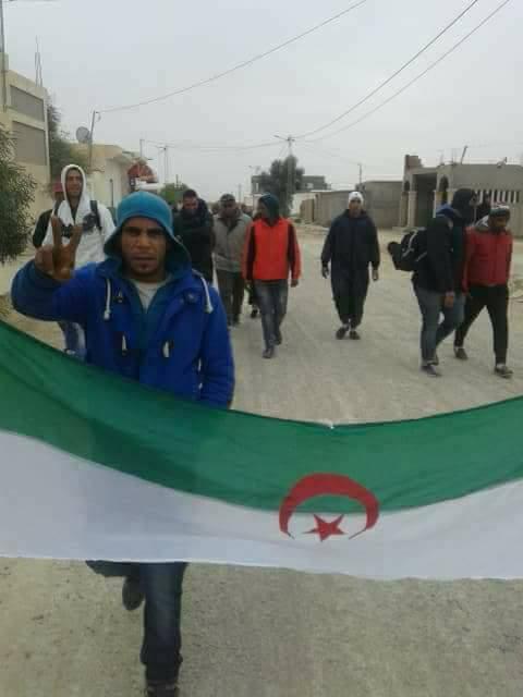 Tunisie [Photos]: Des protestataires du bassin minier campent à la frontière certains un drapeau algérien