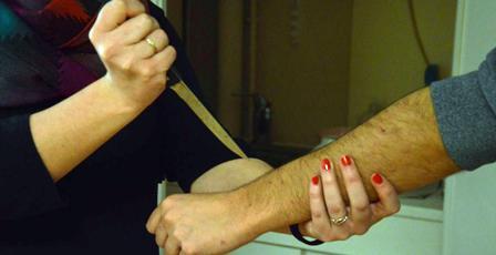 Tunisie – Teboursouk : Une femme s'acharne sur son époux à l'aide d'un couteau