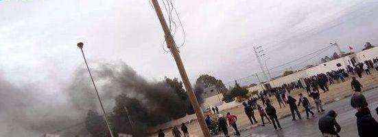 Tunisie – Mdhilla : Des sit-inneurs incendient le poste de police
