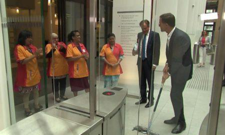 Un ministre renverse son café et nettoie lui même le sol!! Regardez la vidéo !!