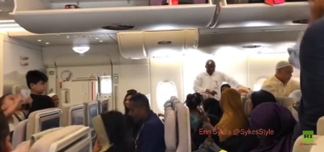 VIDEO: les passagers d'un avion émirati maintenus en quarantaine à l'aéroport J. F. Kennedy