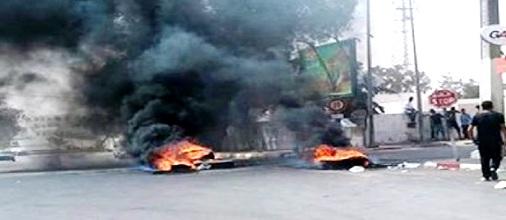 Tunisie – Ben Guerdene: Des manifestants bloquent la route de Ras Jedir et les forces de l'ordre interviennent pour les disperser
