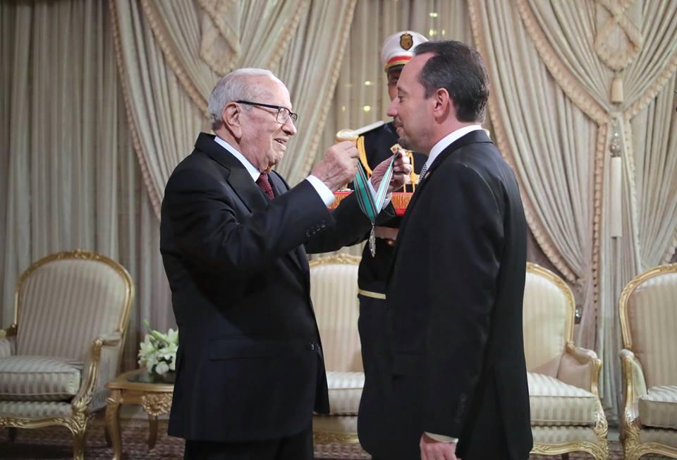 Tunisie [Vidéo]: Béji Caïed Essebsi décore l'ambassadeur américain Daniel Rubinstein à l'occasion de la fin de sa mission