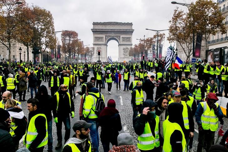 https://www.tunisienumerique.com/wp-content/uploads/2019/03/Manifestation-gilets-jaunes-Champs-Elysees-24-novembre_0_729_486.jpg