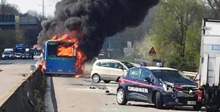 Milan : il incendie un car scolaire pour