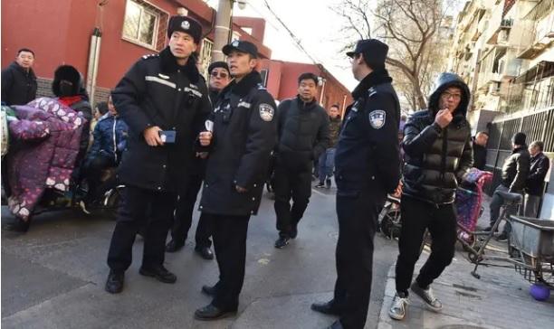 Une voiture fonce dans la foule et fait six morts — Chine