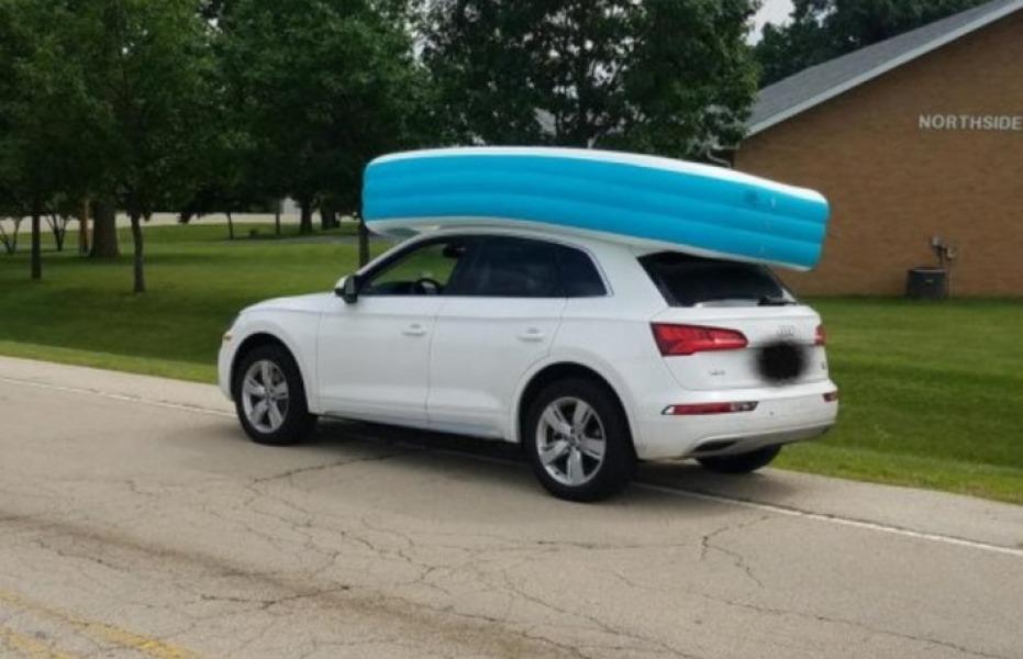 Etats-Unis : Une femme prend le volant avec ses filles installées dans une piscine gonflable sur le toit de sa voiture