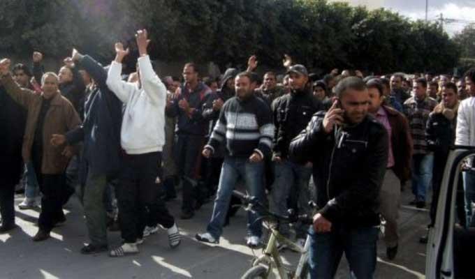 Tunisie: Des diplômés-chômeurs ferment la principale route au Kef en coïncidence avec la visite du président