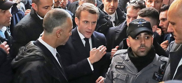 VIDEO: Emmanuel Macron se dispute avec des policiers israéliens à Jérusalem