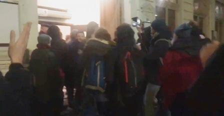 Des manifestants tentent d'entrer dans un théâtre où se trouve Macron — France