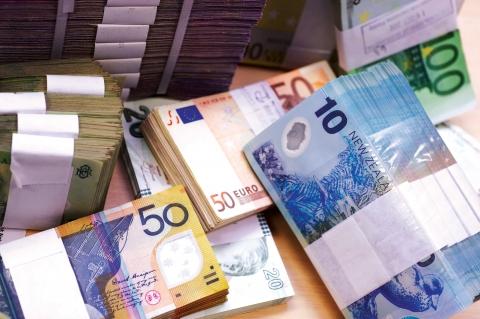 Situation inédite : réserves en devises en forte hausse et économie ruinée !