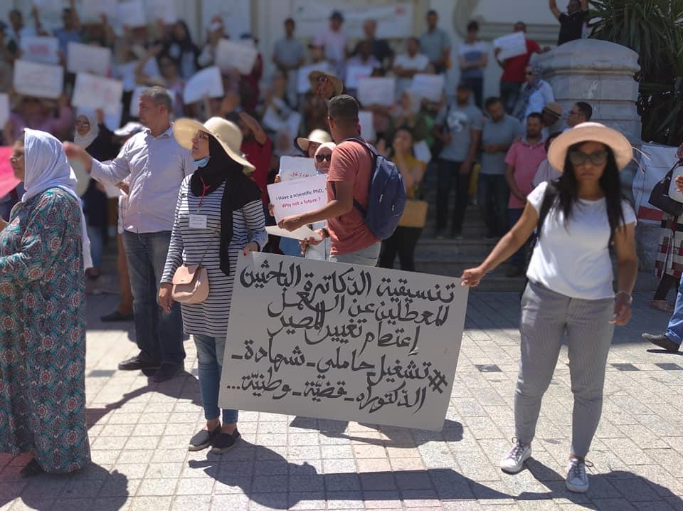 Tunisie : Les docteurs chômeurs manifestent devant le théâtre municipal