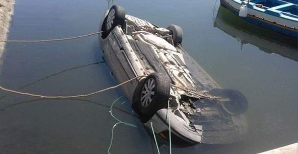 Tunisie – Kerkennah: repêchage d'une voiture tombée du Loud dans le bassin du port