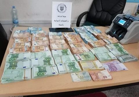 Tunisie[Photos]: Saisie de l'équivalent d'un million de dinars en devises à la frontière tuniso-libyenne