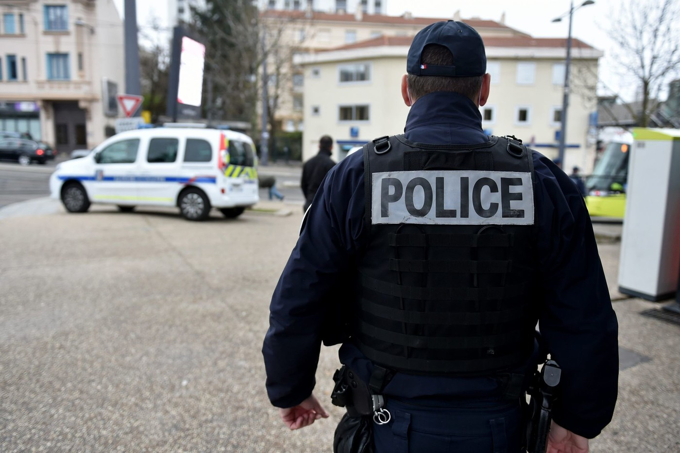 France : Deux policiers attaqués et blessés avec leurs propres armes