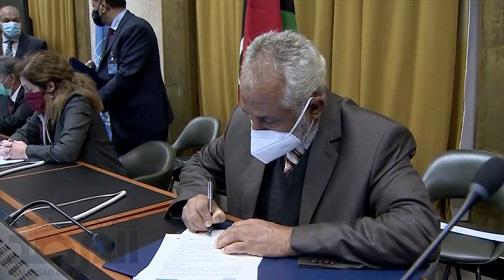 Des délégations militaires des camps en conflit en Libye signent un accord de cessez-le-feu à Genève