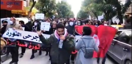 Tunisie – Des manifestants bravent les mesures du confinement à l'Avenue Habib Bourguiba