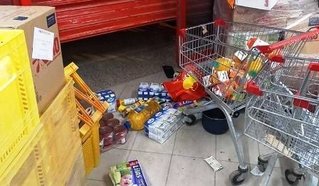Tunisie – IMAGES: Pillage du magasin Aziza à Mohammedia