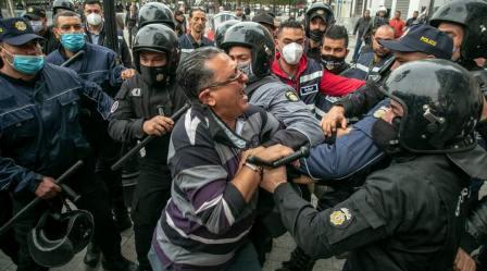 Tunisie – IMAGES: L'avocat Abdennaceur Laouini molesté par la police