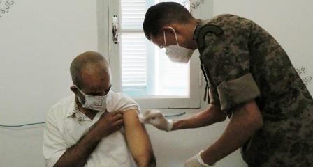 Kairouan: L'armée nationale participe à une campagne de vaccination massive