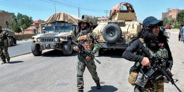 Les talibans bloquent la route de l'aéroport et empêchent les afghans de partir