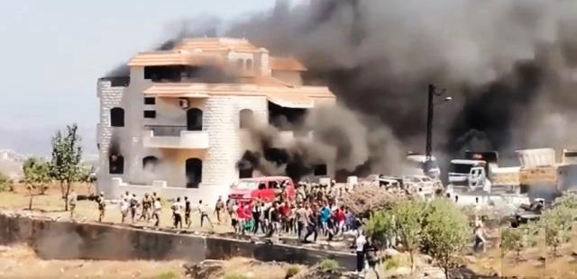 Liban: VIDEO: Les citoyens saccagent et brûlent la maison du propriétaire de la citerne qui a explosé