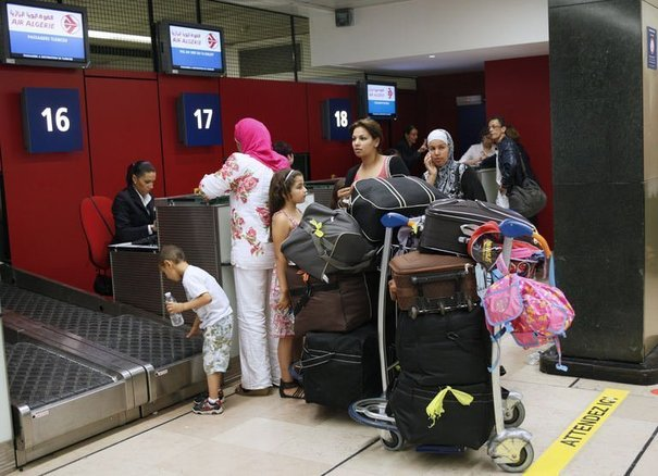 Des passagers d'Air Algérie sont bloqués à l'aéroport d'Orly, le 14 juillet 2011 // afp.com/Thomas Samson