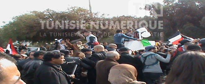 Reportage-Photos: Des Tunisiens manifestent devant le lieu de la conférence sur la Syrie