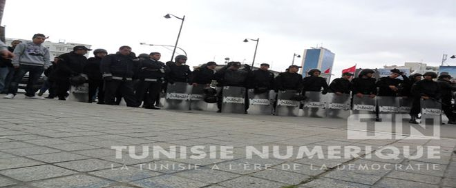 Vidéo-Tunisie: Les forces de l'ordre empêchent une manifestation de diplômés-chômeurs de passer devant le ministère de l'Intérieur