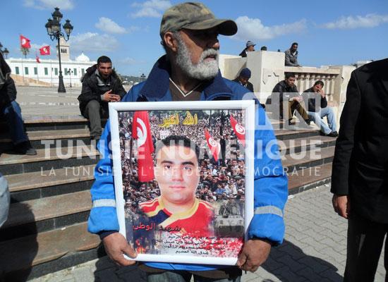 Reportage-Photos/Tunisie: Les familles des martyrs manifestent devant le ministère de la Défense