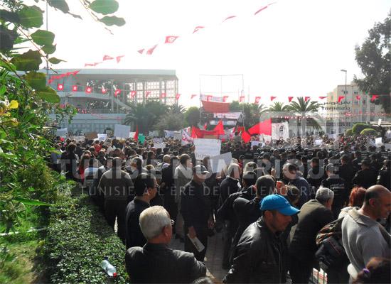 Vid o tunis les agents de l 39 ordre en sit in devant le for Interieur ministere tunisie
