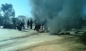 Tunisie: Des employés d'une usine bloquent la route à Béni Khalled