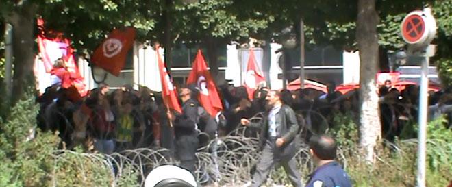 Vid o tunisie des policiers distribuent des drapeaux aux for Ministere exterieur tunisie